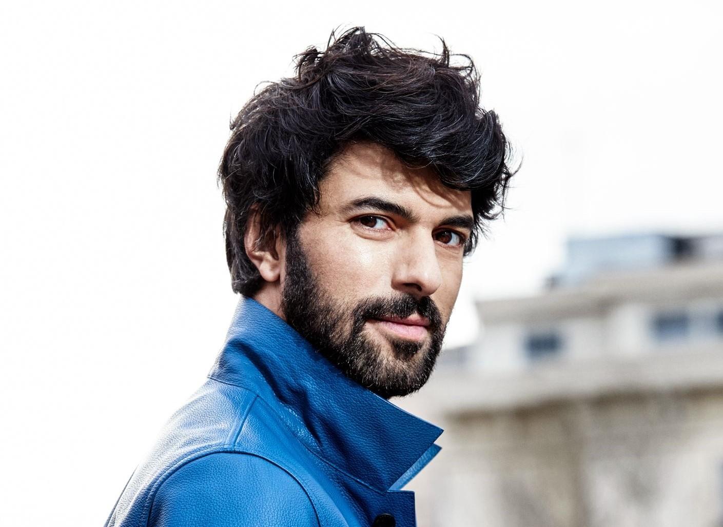 Acteur, écrivain, chanteur, homme humble au coeur d'Or… mais Qui es tu Engin Akyürek?