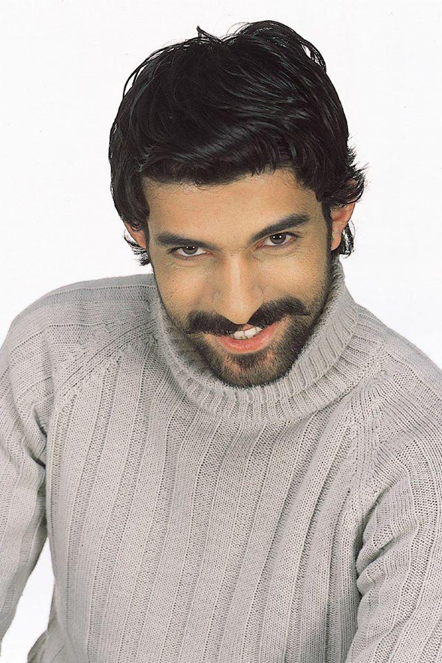 Engin Akyürek premier en finale du concours «Türkiye'nin Yıldızları»(Etoiles de la Turquie) en 2004.